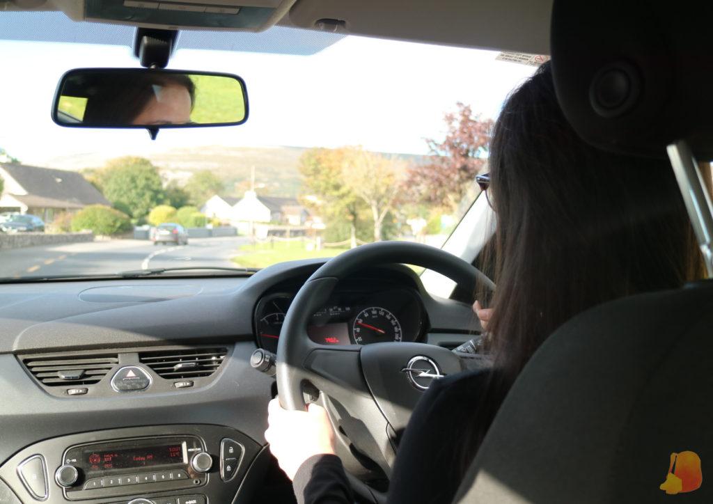 Mi amiga conduciendo con el volante en la derecha