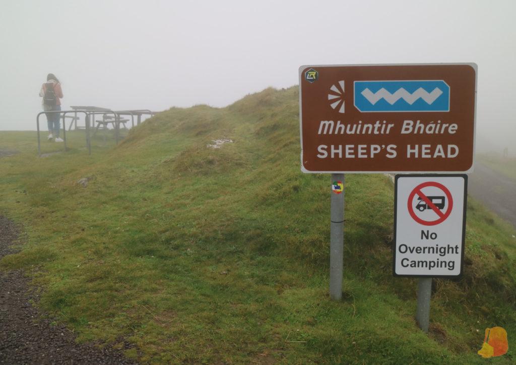 Se ve el cartel con el nombre del mirador pero la niebla no deja ver más alla