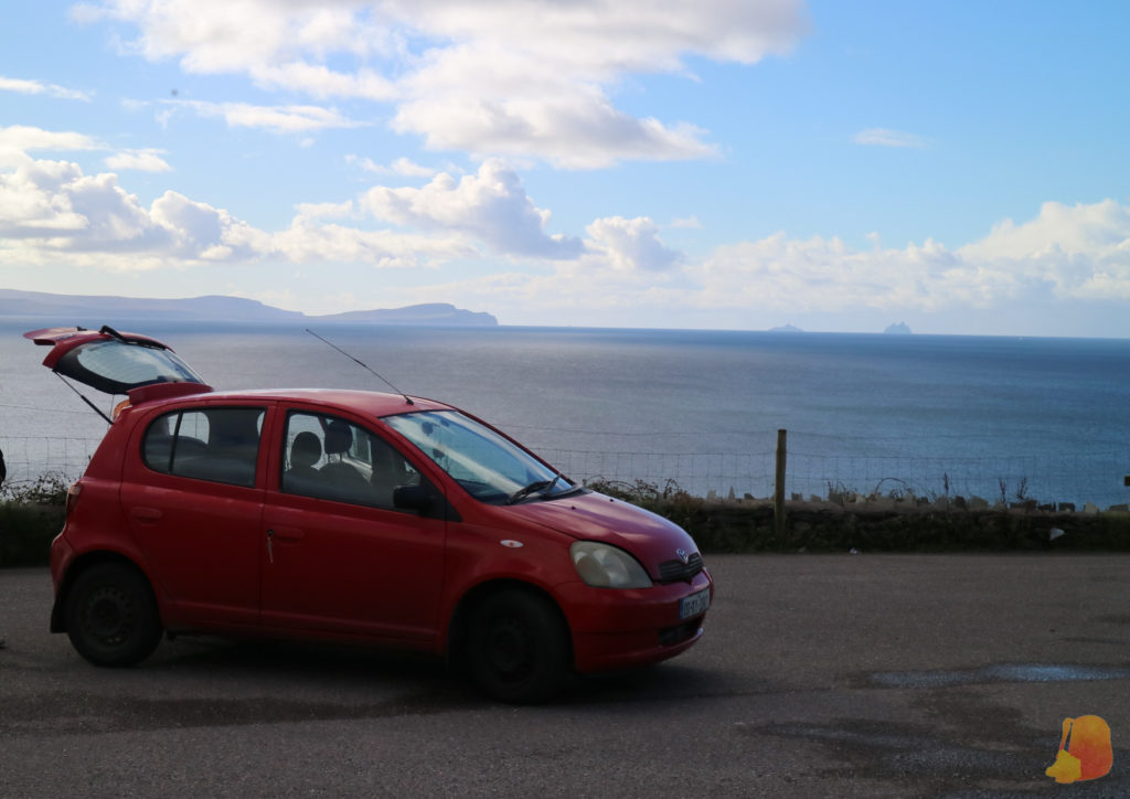 Mi coche, un toyota rojo; y de fondo el mar