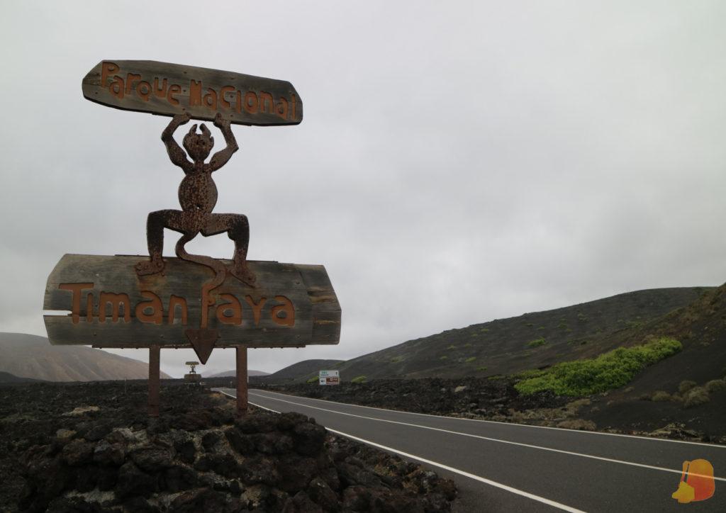 """Escultura de acero corten de un diablillo que pone """"Parque Nacional Timanfaya"""""""