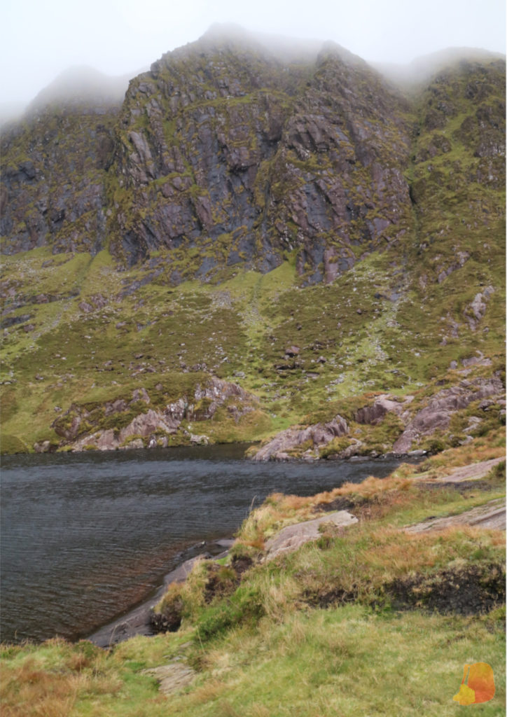 Lago Pedlar entre las montañas