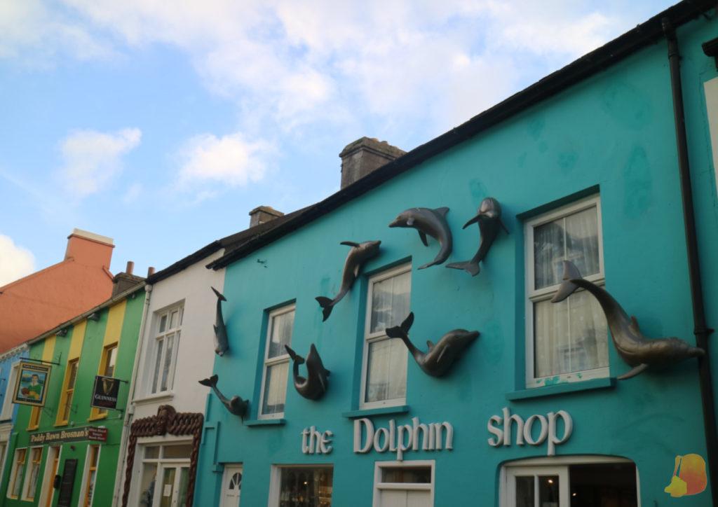 Fachada de tienda llena de esculturas de delfines