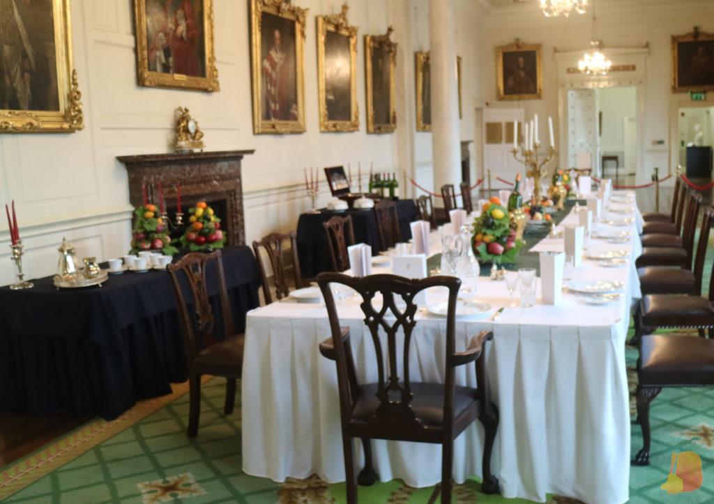 Salon de los retratos con mesa de gala