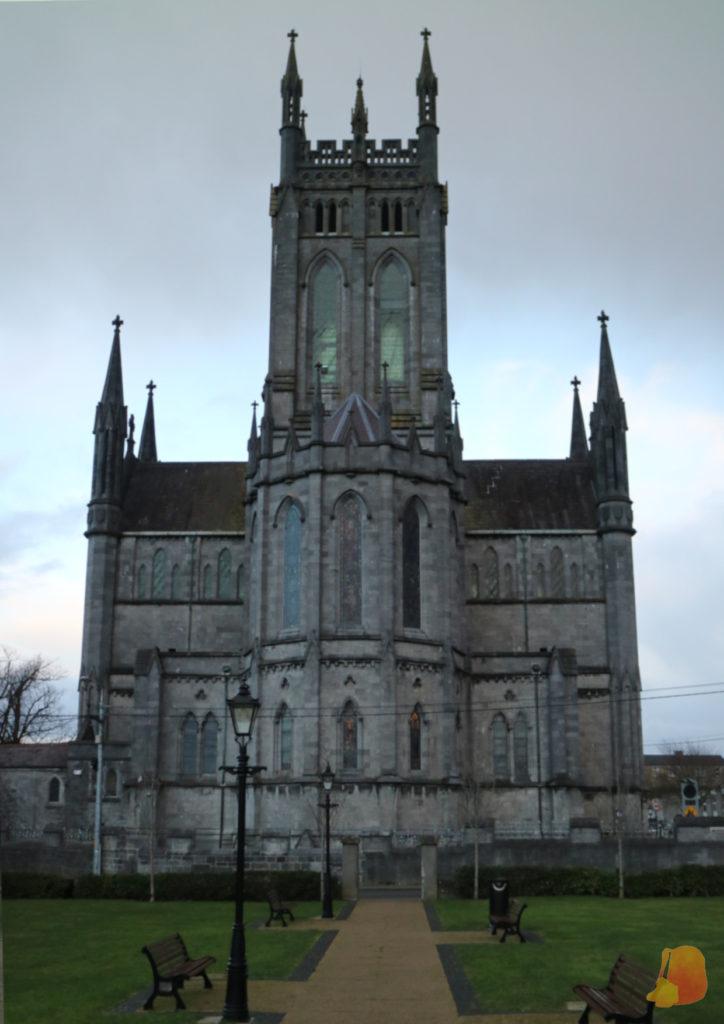 Fachada lateral de la Catedral de Santa Maria. Destaca la torre neo-gótica