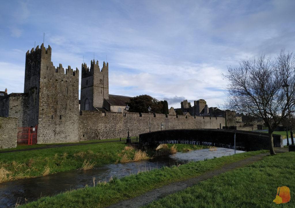 Muralla de Fethard, arroyo y puente