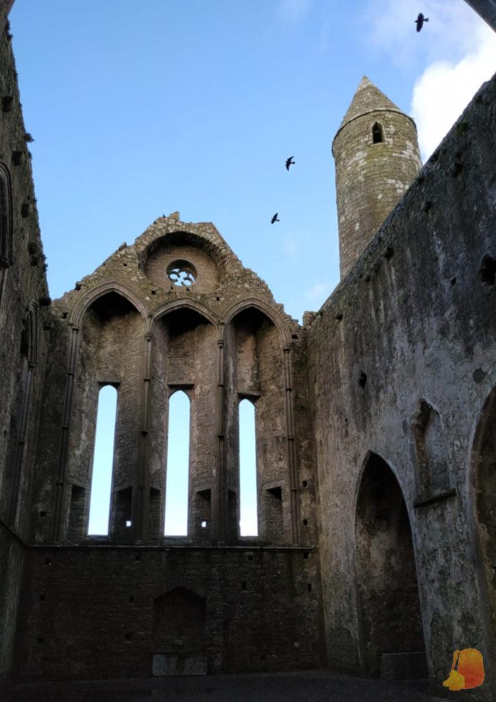 Ruinas de la Catedral de Cashel y torre circular