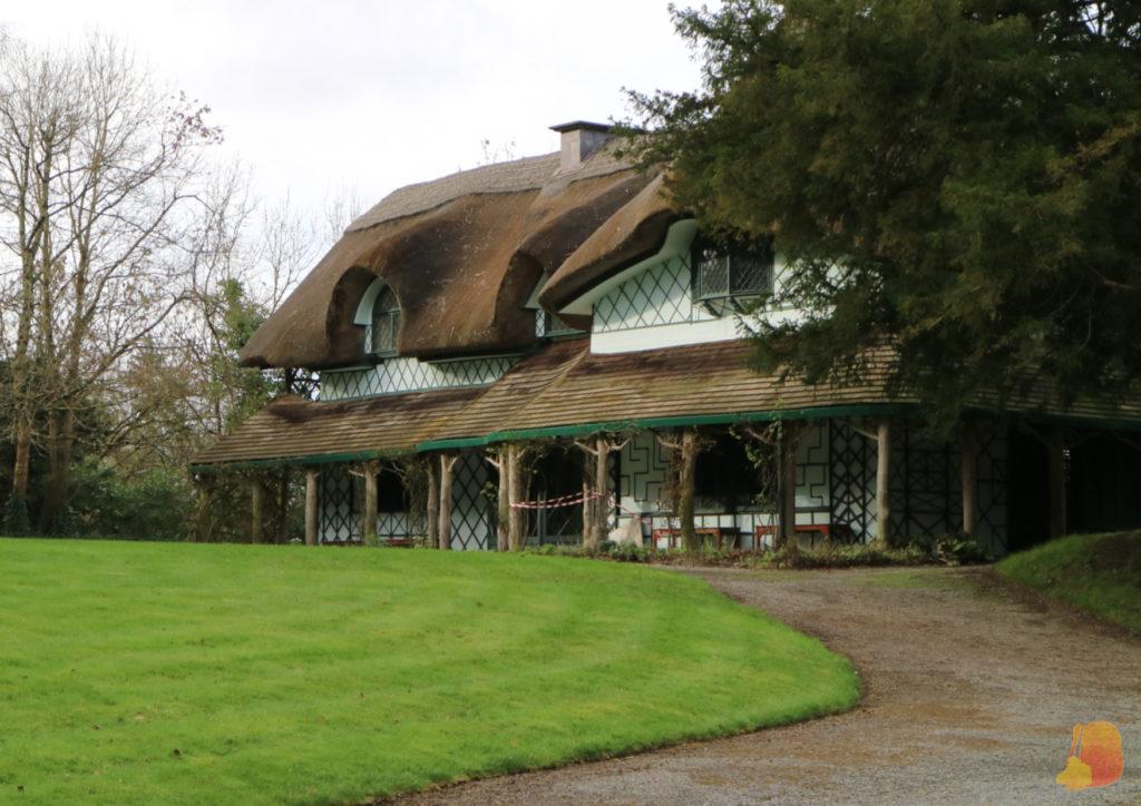 Cottage de paredes blancas y techos de paja