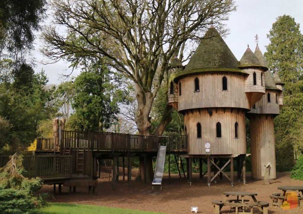Casa del Arbol con pasarelas y tobogan