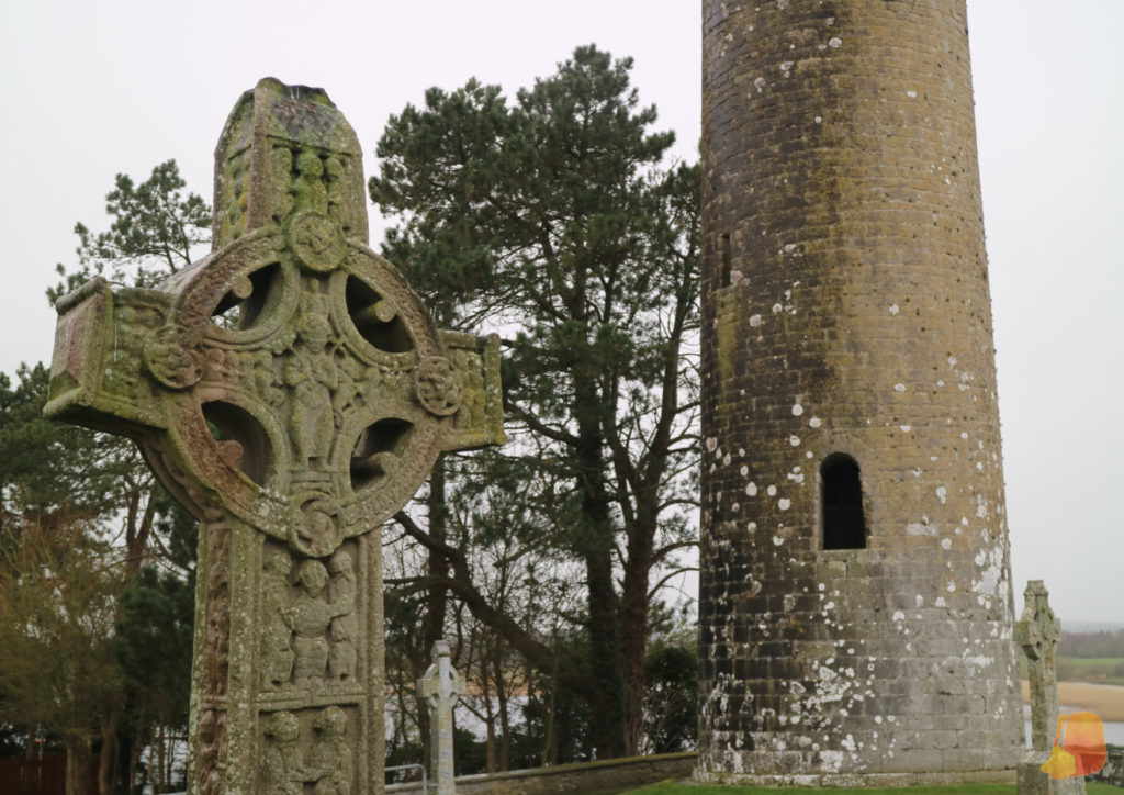 Cruz celta de Clonmacnoise y torre cilindrica