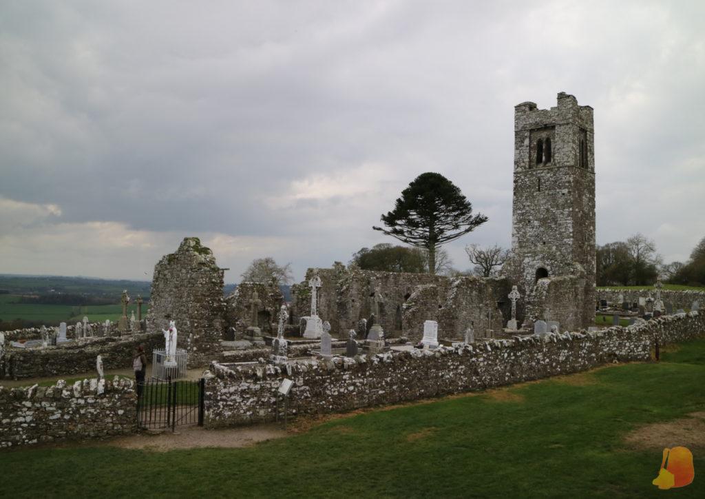 Restos de un monasterio en la Hill of Slane. Se conserva la torre rodeada por las tumbas del cementerio