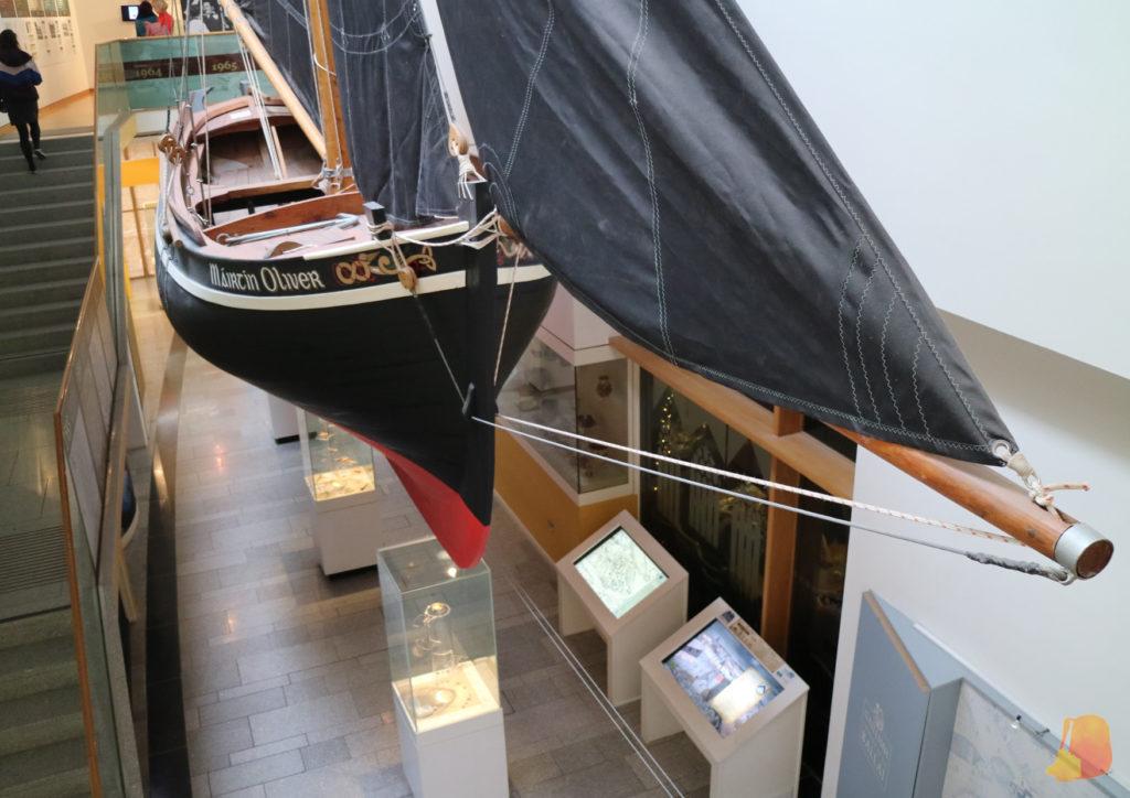 Barco tradicional colgando sobre las salas del Museo de Galway