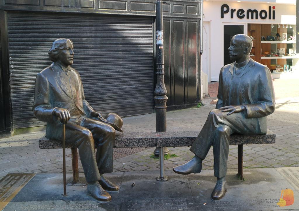 Estatua de los dos escritores sentados en un banco