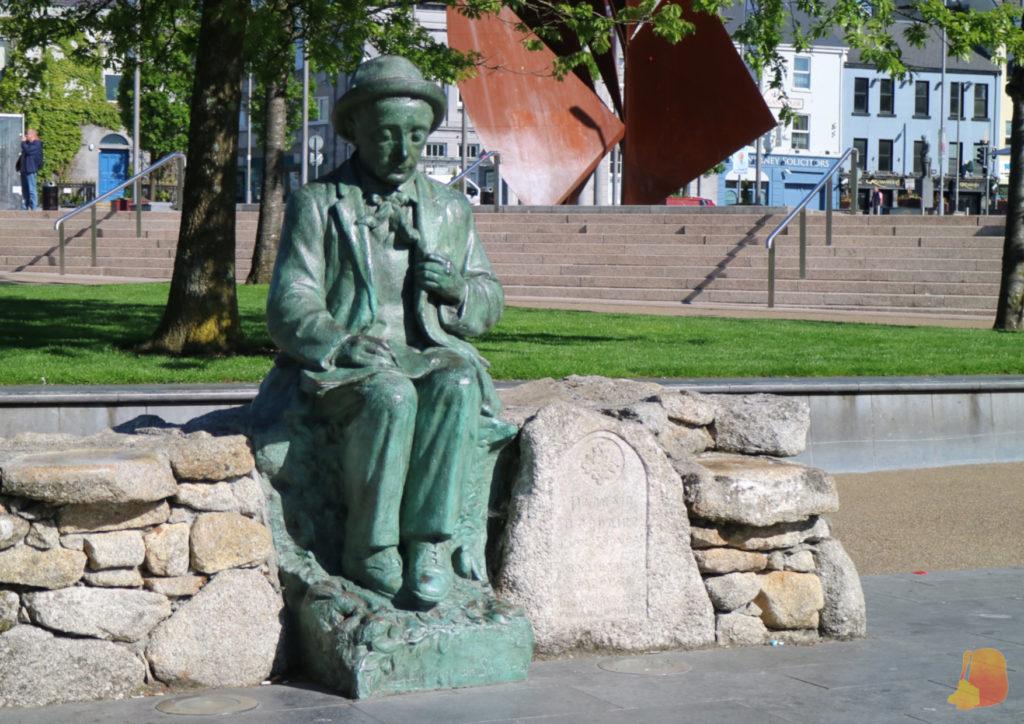 Estatua de Pádraic Ó Conaire en Eyre Square