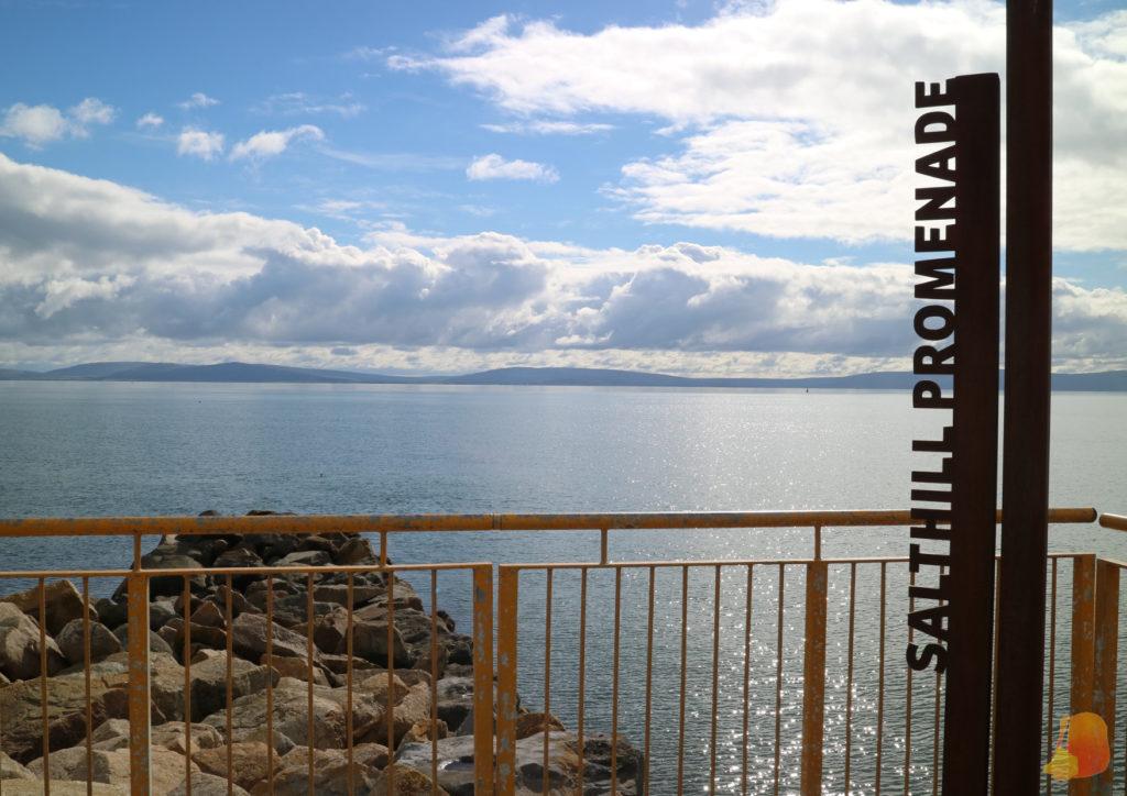 Vistas al mar y letrero de Salthil Promenade