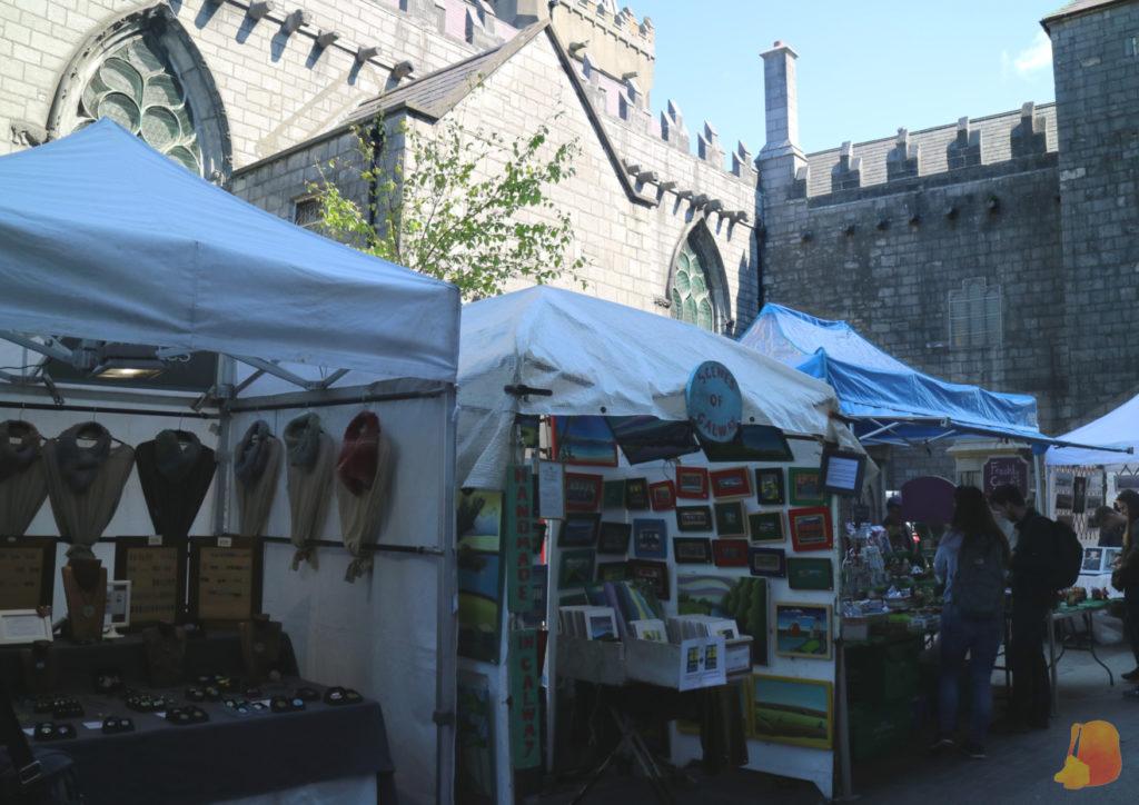 Puestos de artesania del Mercado de Galway colocados frente a la Iglesia de San Nicolas