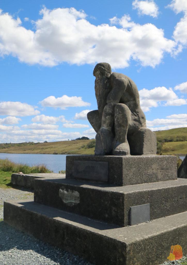 Gigante de Connemara sentado y en posición pensativa