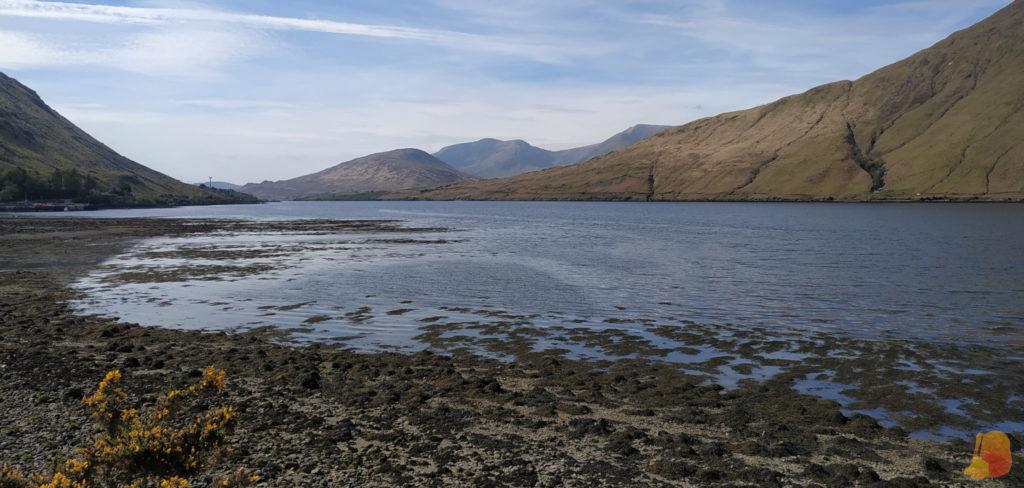 Puerto de Killary rodeado de montañas