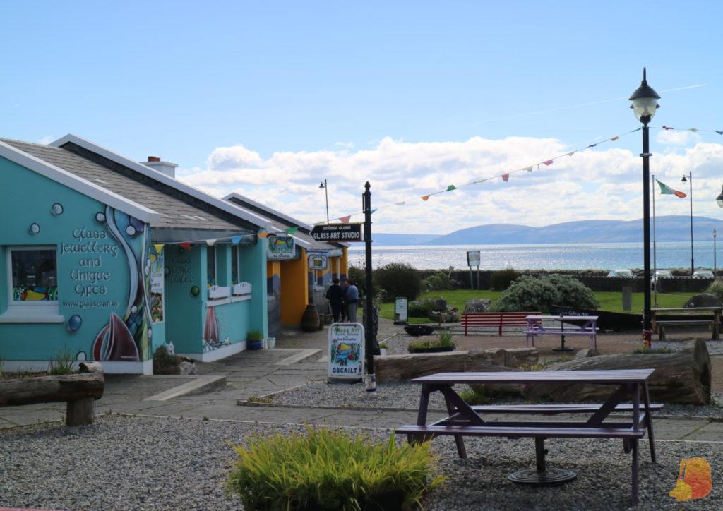 Casas de colores frente a la costa de Spiddal