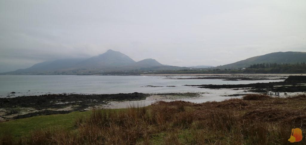 Vista desde la costa de Croagh Patrick. Las nubes no dejan ver la cima de la montaña