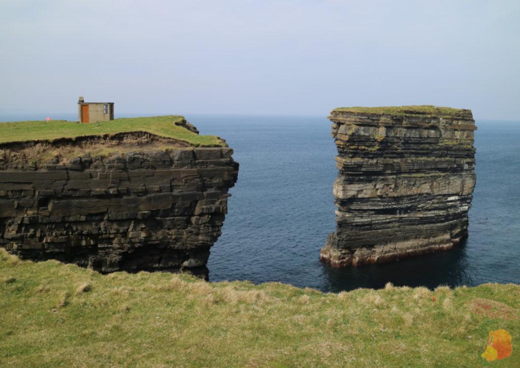 Apilamiento rocoso separado del mar de Dun Briste
