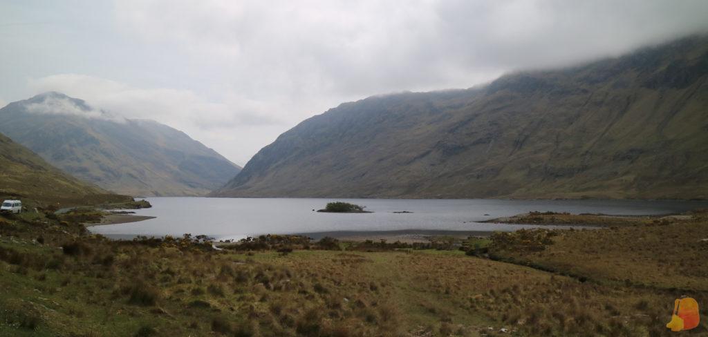 Lago entre montañas en el Valle de Doolough