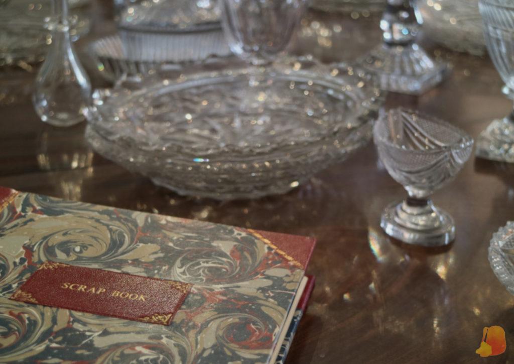 Detalle de la mesa con la cristaleria y un libro de Scrap Book