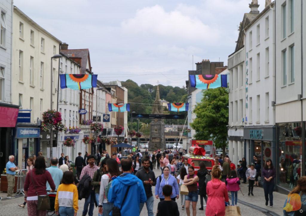 Calle comercial de Waterford llena de gente