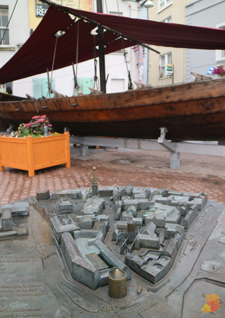 Maqueta del Viking Triangle y replica de un barco vikingo