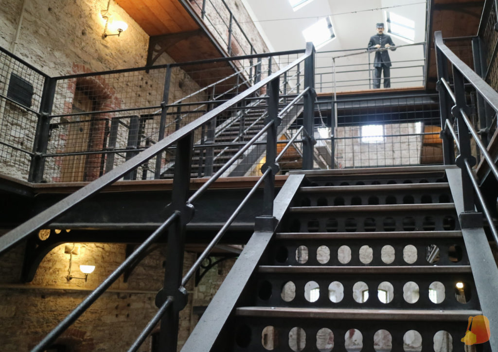 Escalera hacía el nivel superior de la galería principal y maniquí de un guardia en el nivel superior