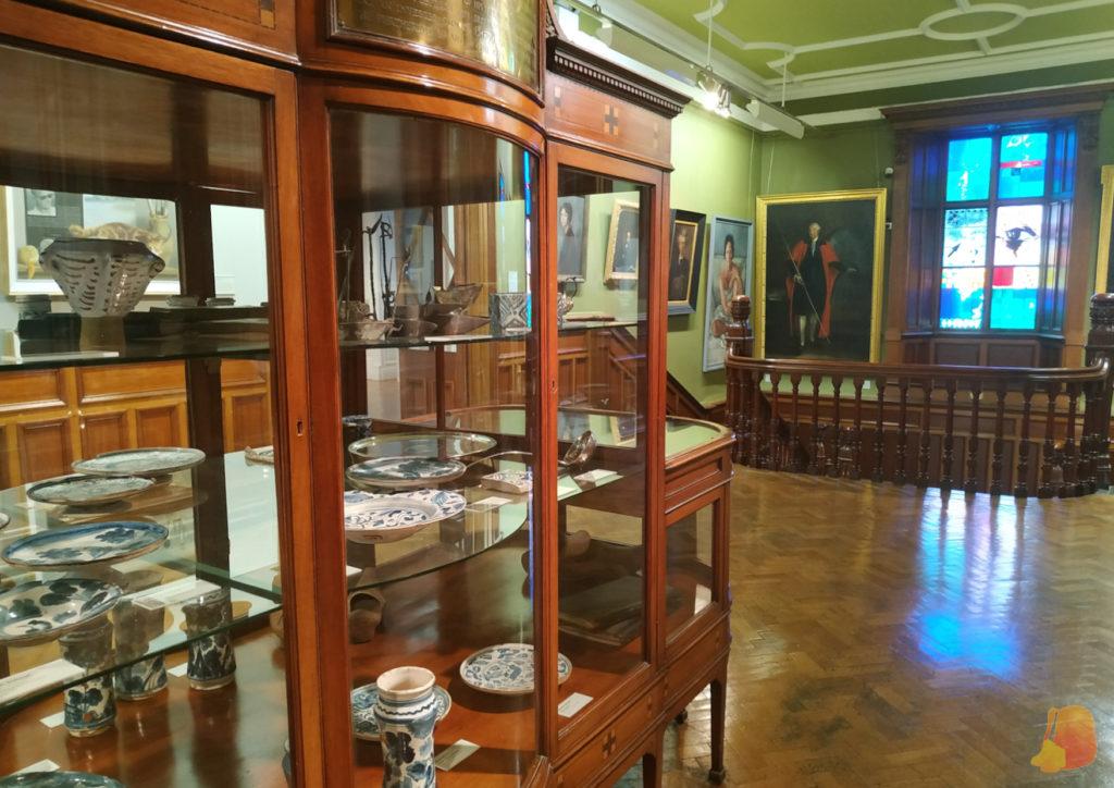 Vitrina con vajilla en la Crawford Art Gallery