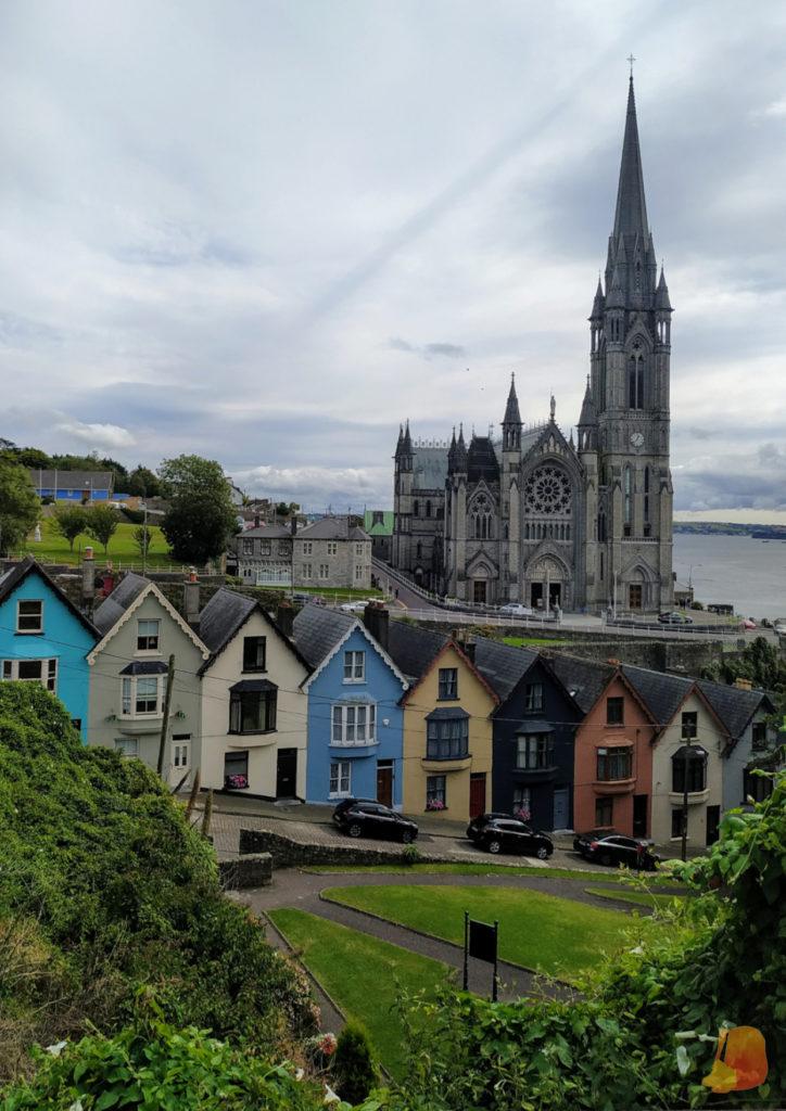 Catedral de Cobh y casitas de colores escalonadas de West View