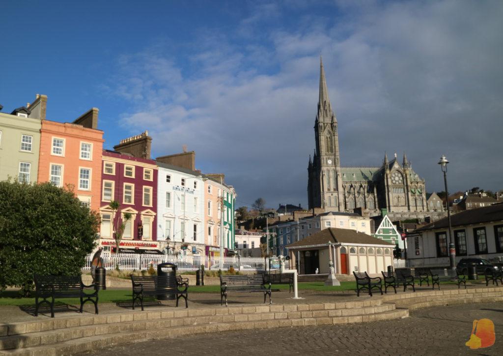 La Catedral de Cobh desde el paseo marítimo y las fachadas de colores que miran al mar