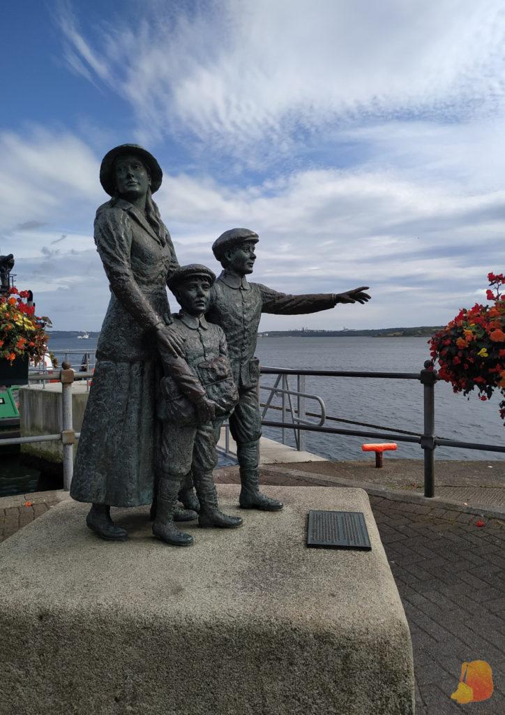 Estatua de Annie Moore y sus hermanos pequeños frente a la bahía de Cobh
