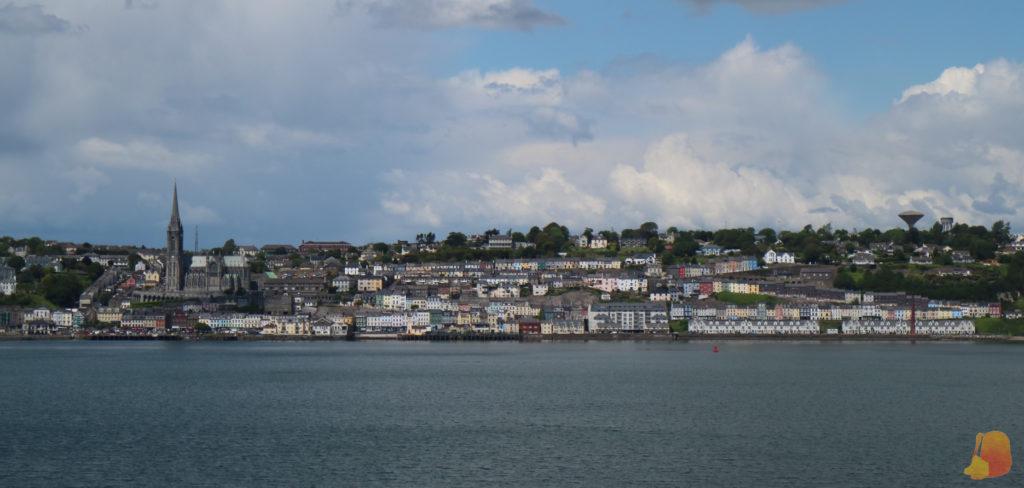 Panoramica de la ciudad. Destaca la catedral sobre las casitas de colores