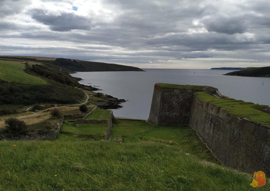 Muralla y vistas al mal abierto desde Charles Fort