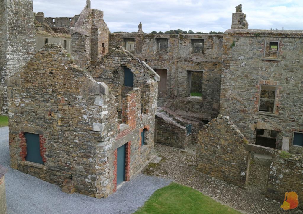 Estructuras en ruinas dentro de las murallas del Charles Fort