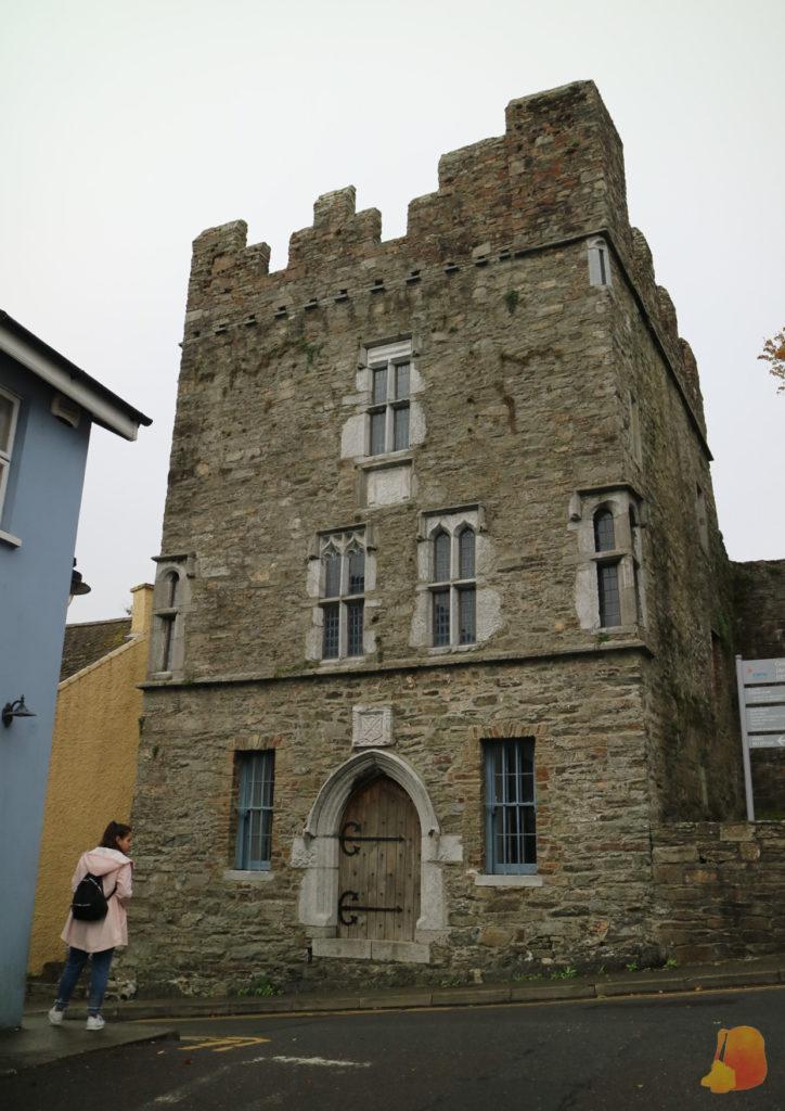 Casa torre de tres plantas