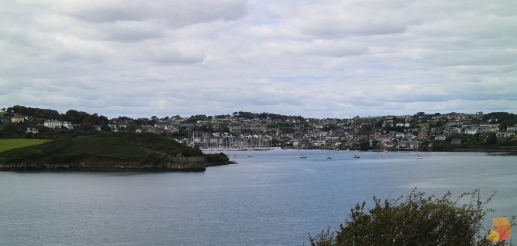 La bahía de Kinsale con los barcos y las casas del puerto