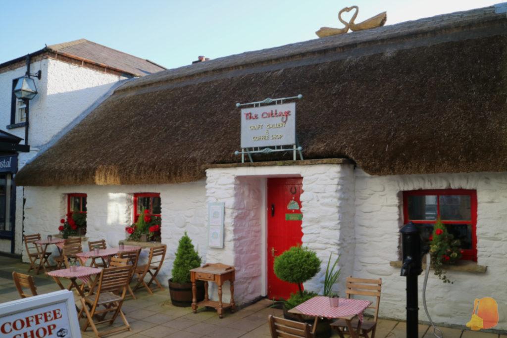 Cafetería en una casita tradicional con techo de paja