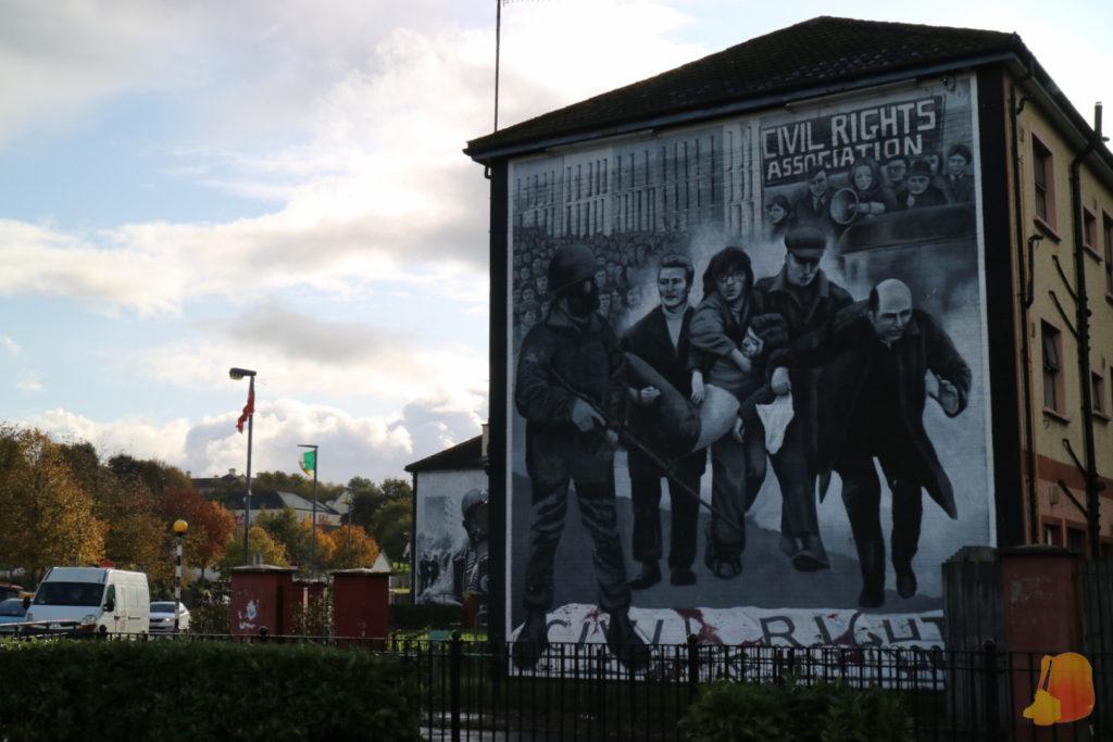 Mural en el que se ven 5 personas cargando a la primera victima mortal del Bloody Sunday
