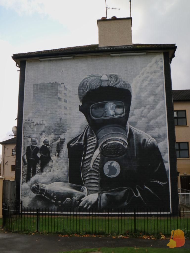 Mural en el que aparece un nño llevando una máscara de gas y con un coctel molotov en las manos