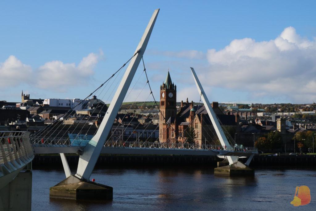 Peace Bridge y al fondo el Ayuntamiento