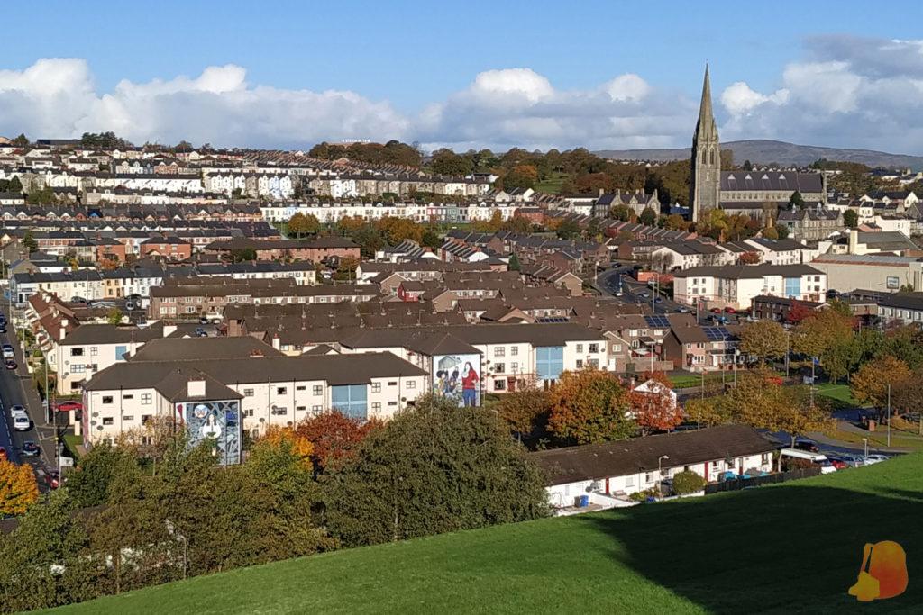 Vistas del barro del Bogside desde la muralla. Se ven las hileras de casas y destaca una gran catedral.