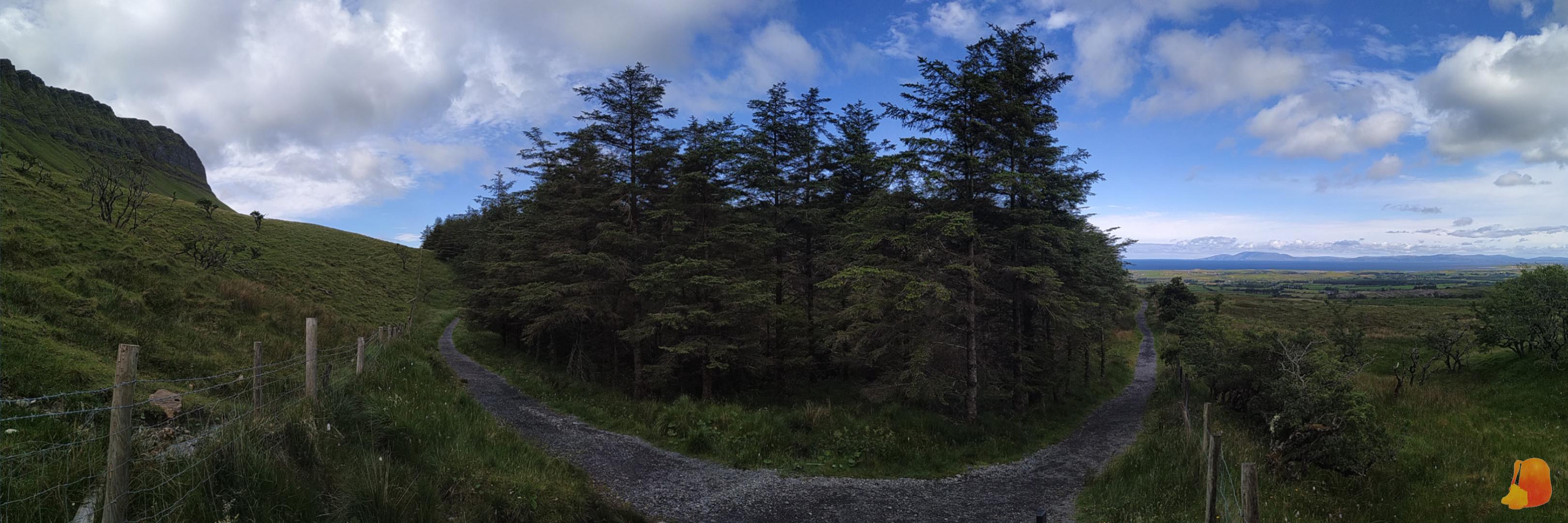 Panorámica de la ruta. De izquiera a derecha: montaña Benbulben, bosque y vistas al Atlántico