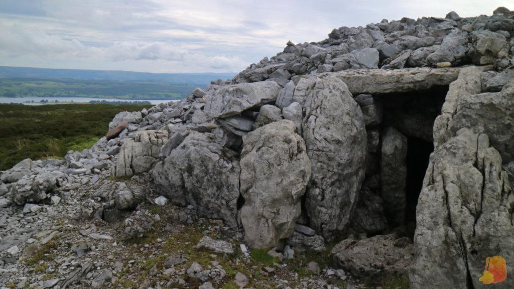 Entrada a uno de los tumulos funerarios de Carrowkeel