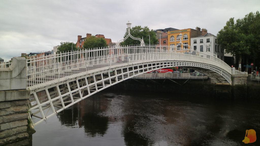 Puente Ha'Penny en hierro pintado de blanco