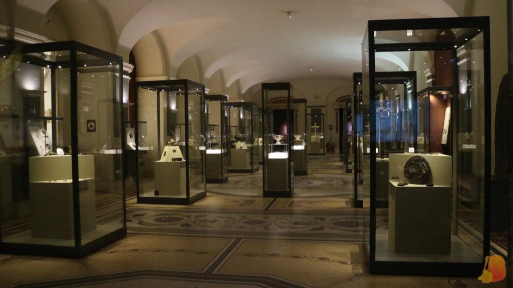 Sala del Museo de Arqueología de Dublin llena de vitrinas