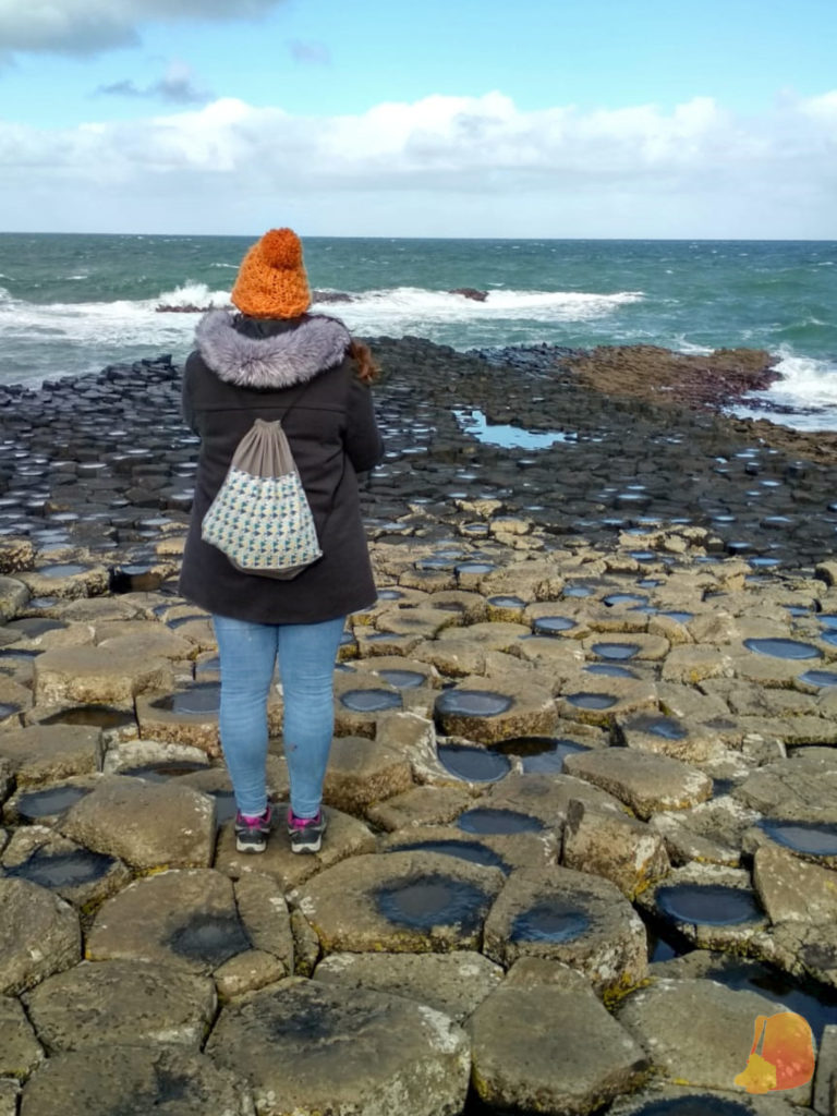 Yo, de espaldas, sobre las baldosas hexagonales de la Calzada del Gigante