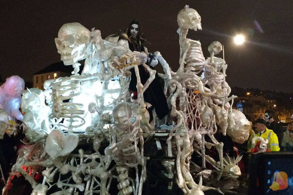 Esqueletos hechos de cinta adhesiva