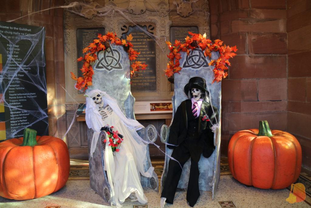 Calabazas y esqueletos vestidos de novios